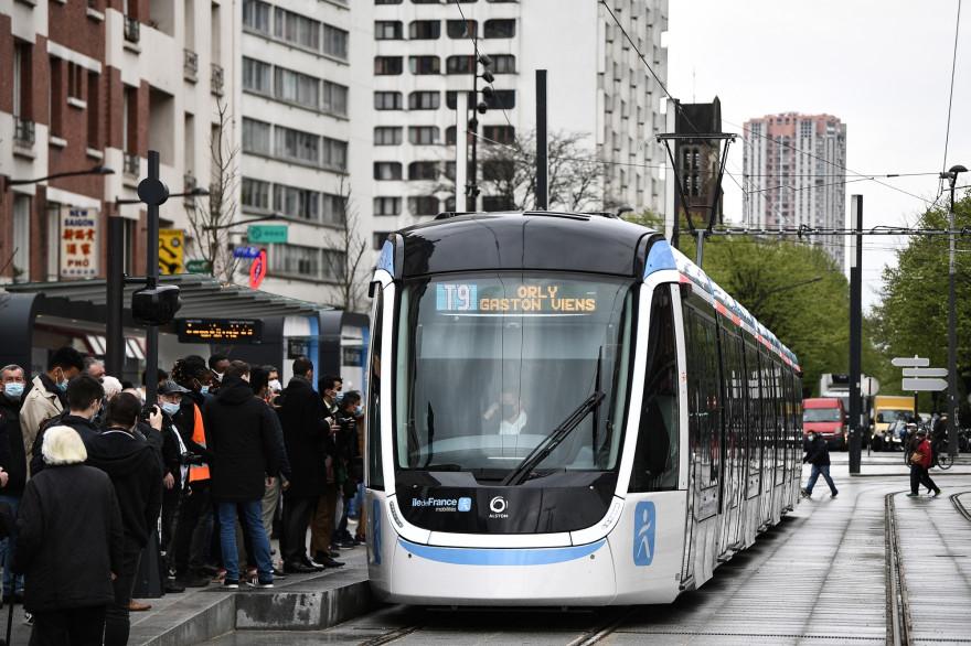Le tramway T9 relie la porte de Choisy à Orly-Ville.