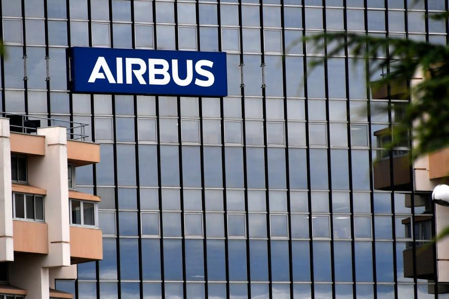 Une photo prise le 2 juillet 2020 montre le logo Airbus sur le siège de l'entreprise à Saint-Martin-du-Touch, près de Blagnac, dans la banlieue de Toulouse.