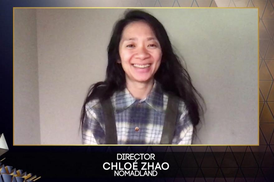"""La réalisatrice chinoise Chloé Zhao réagissant après avoir remporté le prix du meilleur réalisateur pour son film """"Nomadland"""", 11 avril 2021."""
