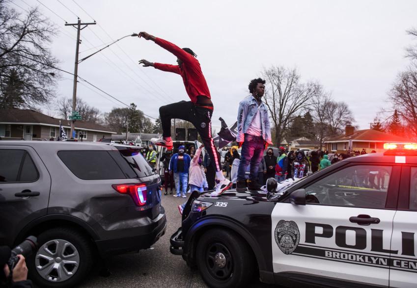 Un rassemblement devant le poste de police de Brooklyn center à Minneapolis dans leMinnesota, le 11 avril 2021, après la mort d'un jeune afro-américain, sous les tirs d'un policier