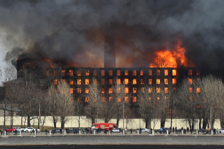 Une des plus vieilles usines textiles de Saint-Pétersbourg, en Russie, ravagée par un incendie le 12 avril 2021