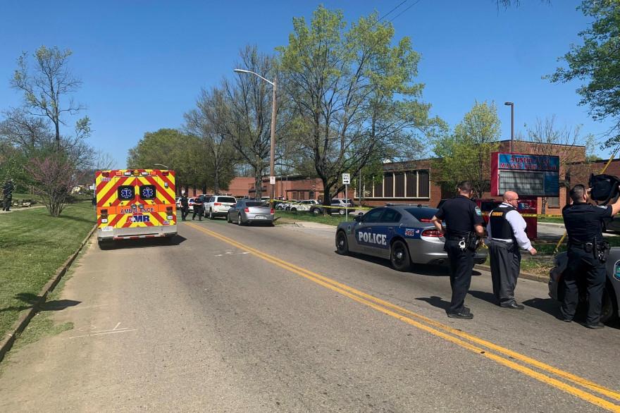 Une personne a été tuée et un policier blessé lors d'une fusillade dans un lycée de Knoxville, dans le Tennessee, aux Etats-Unis, le 12 avril 2021.