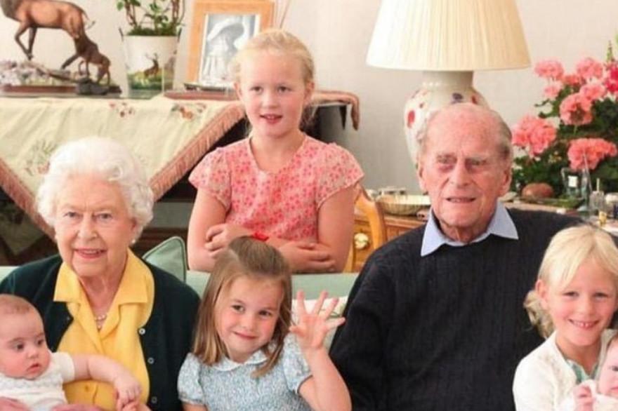 Elizabeth II et le prince Philip en compagnie de leurs arrière-petits-enfants