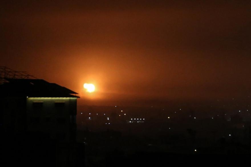 Photo d'une explosion au sud de Gaza après une frappe aérienne menée par Israël.