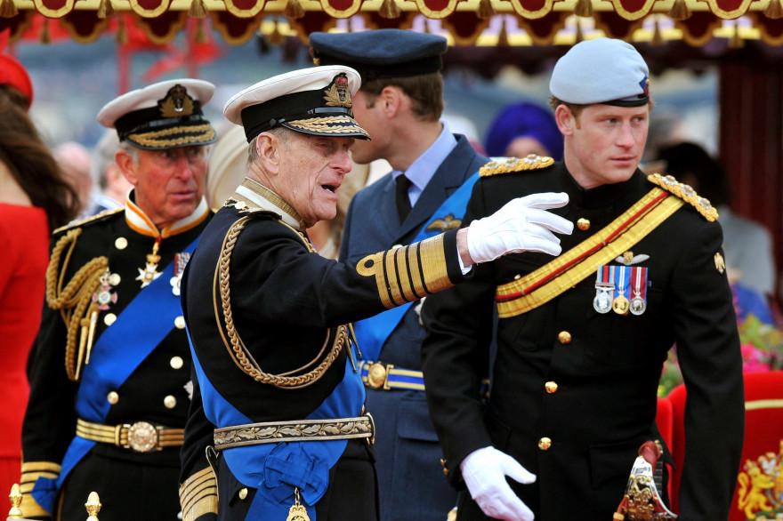 Les princes Charles, Philip et Harry en uniformes en 2012