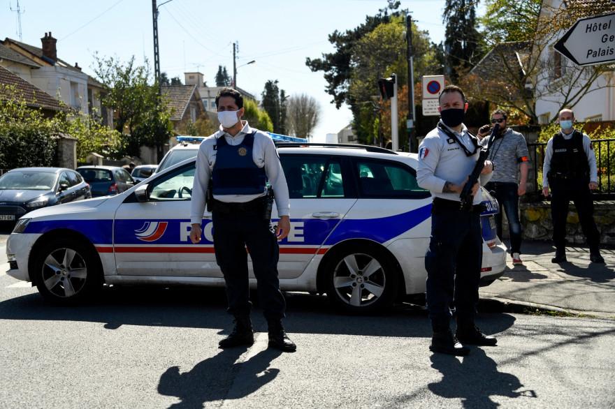 Des policiers bouclent le quartier après l'attaque d'une policière au couteau, vendredi 23 avril, à Rambouillet dans les Yvelines