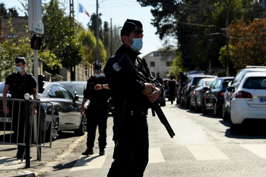Un policier en faction devant les lieux de l'attaque au couteau au commissariat de Rambouillet, vendredi 23 avril 2021 dans les Yvelines
