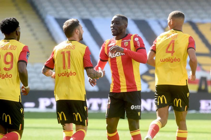 Le défenseur lensois Massadio Haidara célèbre son but inscrit face au Nîmes Olympique le 25 avril au stade Bollaert-Delelis (Lens).