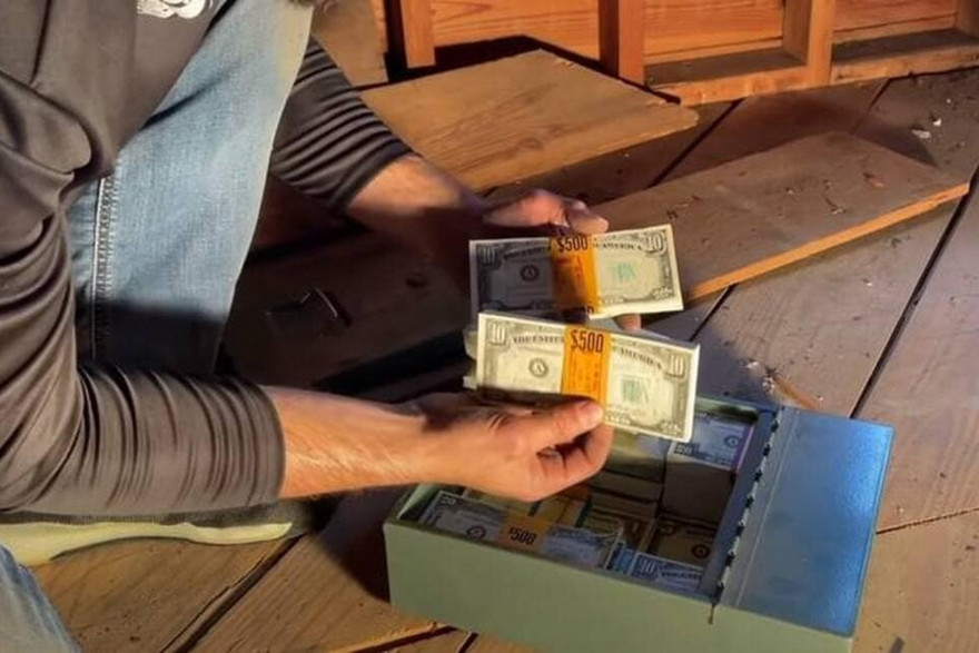 La boîte contenant 46.000 dollars, retrouvée par Keith Wille dans le grenier d'une maison.