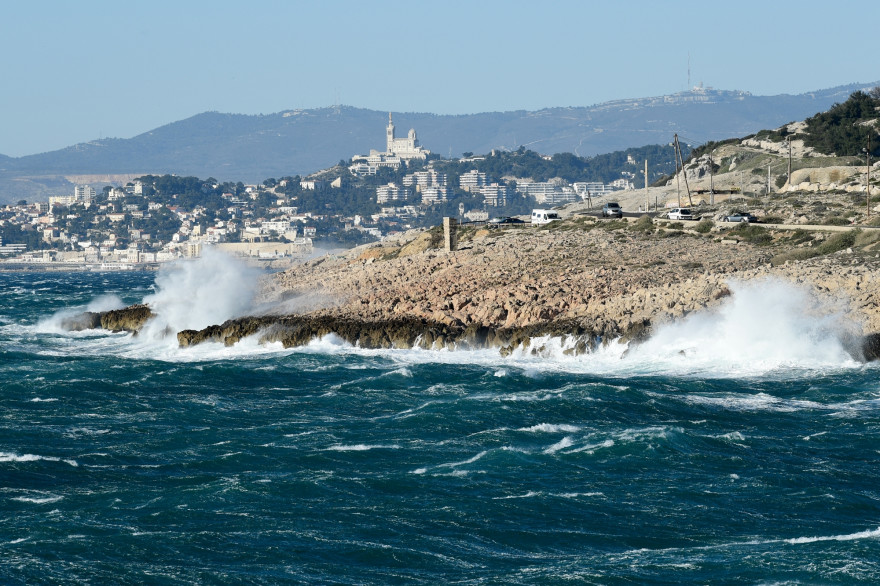 Des vagues s'écrasent sur le rivage sous un vent mistral à Marseille, dans le sud de la France, le 16 mars 2021.