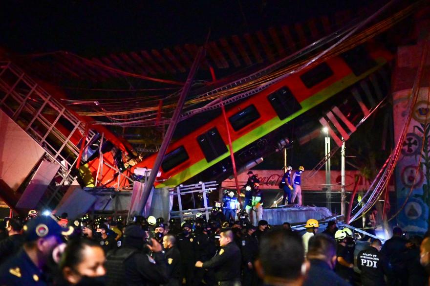 Des secours s'activent alors qu'un pont s'est effondré lorsqu'un métro passait à Mexico le 3 mai 2021