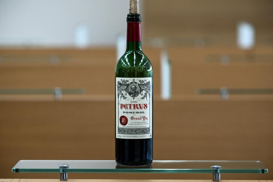 Une bouteille de Petrus millésime 2000 est partie dans l'espace. Celle-ci est désormais estimée à un million de dollars par la société de vente aux enchères Christie's.