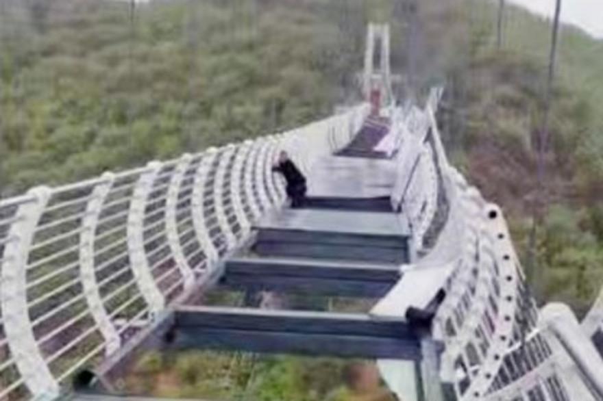 En Chine, un touriste est resté piégé pendant 30 minutes sur un pont de verre brisé, à 100 mètres de haut